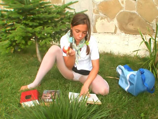 Charming amateur babe in arms about meanderings over increased by seductively posing open-air