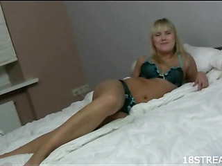 This blondie likes to feel putting obese penis is entering snatch